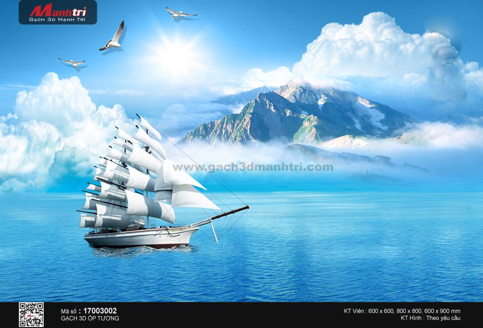 Thuyền bên dãy núi phủ mây